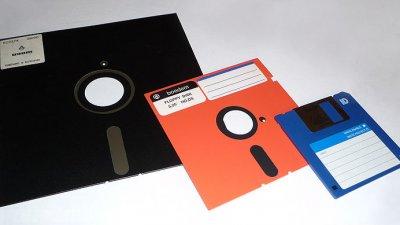 Da esquerda para direita, disquete de 8, 5 1/4 e 3 1/2 polegadas
