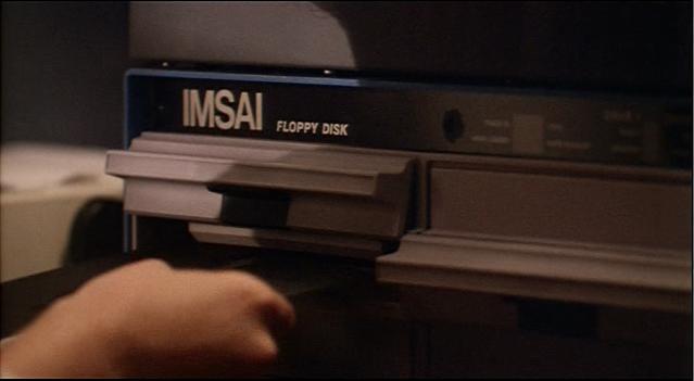 """War Games - inserindo o disquete de 8"""" na unidade de disco IMSAI"""